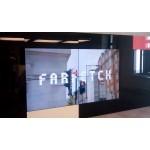 Дизайнерская видеостена, встроенная в мебельные конструктивы зоны ресепшн Farfetch