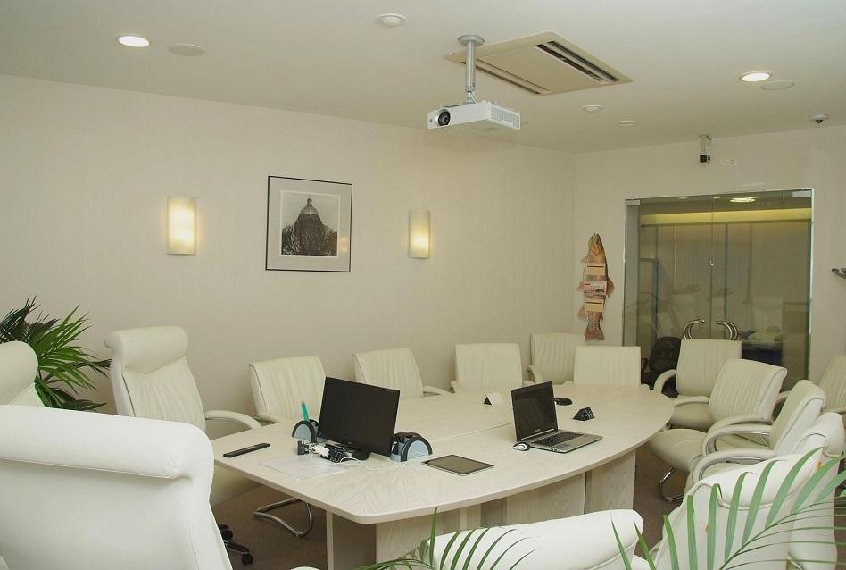 Проектор основной элемент переговорной комнаты от бюджетной до элитной.